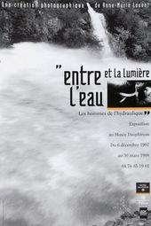 Affiche de l'exposition ENTRE L'EAU ET LA LUMIÈRE. LES HOMMES DE L'HYDRAULIQUE.