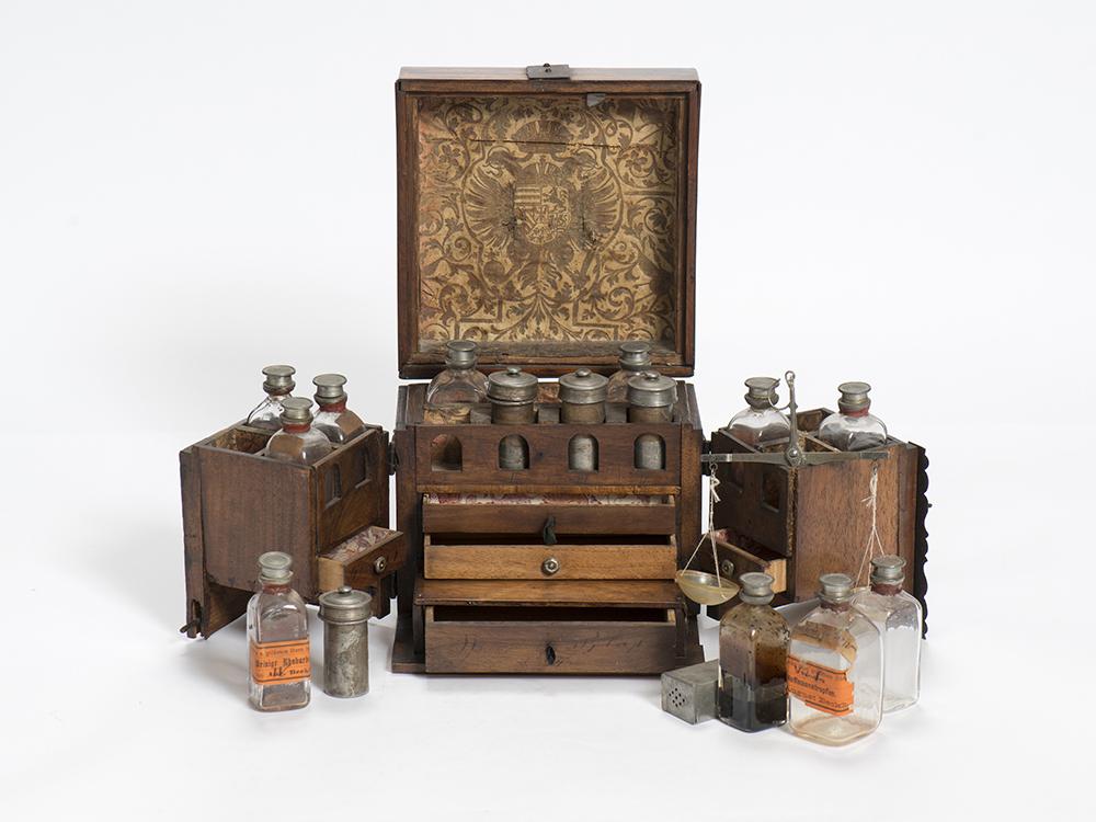 Pharmacie de voyage du XVIIIe siècle