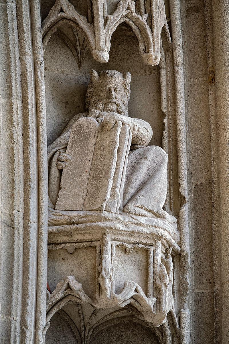 Sculpture du portail de l'église abbatiale