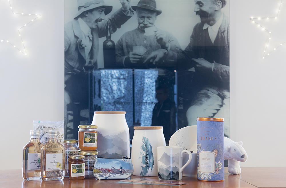 Cartes postales, objets décoratifs, bijoux fantaisie, papeterie, vaisselle aux motifs alpins, petite bagagerie, tisanes, miel et pain d'épices...autant de souvenirs de votre visite au musée